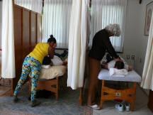 alumnos aplicando la terapia