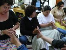 aplicando masaje terapéutico en las zonas reflejas
