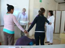 Los alumnos participando en clase representando al elemento TIERRA.