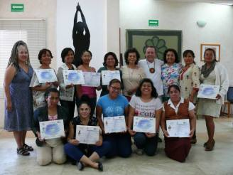 El grupo que concluyó el Diplomado VENDAJE NEUROMUSCULAR, el Instructor y la Directora del CICSH, Dra. Lucia Cordero.