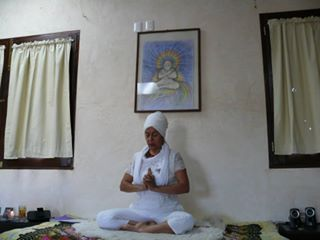 En Kundalini Yoga se realizan posturas, ejercicios de respiración, repetición de mantras y meditación, para despertar el ser humano a un estado de plenitud. El sábado y domingo del Curso Medicina Tradicional Mexicana, los alumnos practicaron a las 6:30 de la mañana esta intensa Disciplina guiados por la Maestra Minerva.