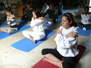 terminando la práctica de Kundalini Yoga
