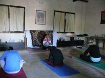 terminando la sesión de hatha yoga